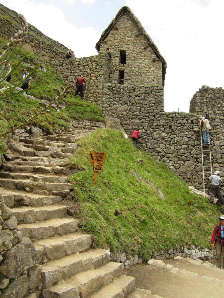 Странные люди скребуд стены Мачу-Пикчу